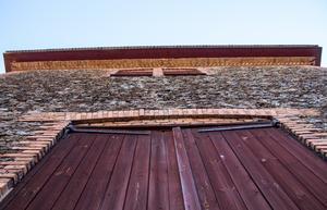 Delar av hyttan är byggd av slaggsten från den gamla hyttan. Slagg är en restprodukt från hanteringen av järn och koppar. Masugnsslagg användes från mitten av 1700-talet som byggnadsmaterial.