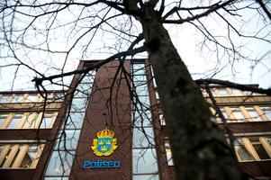 På polishuset kan man få vänta länge på tekniska analyser som skickats till Linköping.