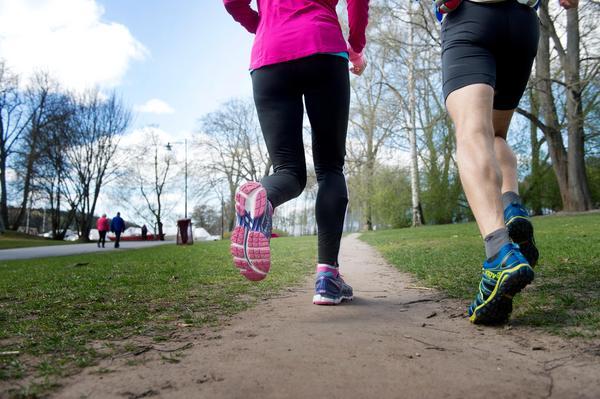 Skor som är anpassade för pronation har ofta ett hårdare material på insidan samt en stabilare hälkappa som håller foten på plats i skon.Bild: Jessica Gow / TT