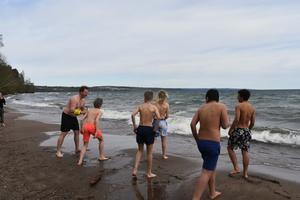 Andreas Swenlert fick även sällskap av flera elever som ville ta ett dopp, trots niogradigt vatten.