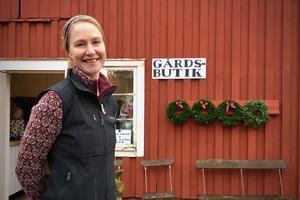 """I gårdsbutiken säljer Carina lammkött, lammskinn och ägg från gården, men också en hel del annat som hon tycker passar in. """"Jag försöker stötta det lokala näringslivet"""", säger hon."""