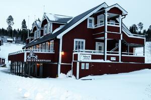 Skutskepparen i Barsta med restaurang och uthyrningsmöjligheter ligger precis vid fiskeläget.