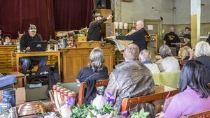 Till nästa år är också Simon Sigfridson på jakt efter folk som vill ha gårdsauktion, då han kommer till gården och hjälper till att auktionera ut föremål.