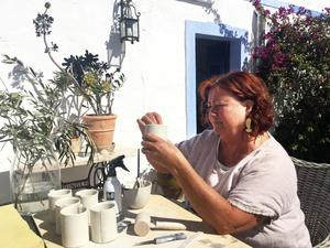 Maud har ateljé och ugnsrum i huset i Portugal.