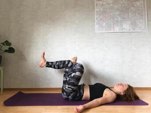 Ankle Knee Cross Over - Elevated: Aktiverar kraftfullt våra djupaste stabilisatorer samtidigt som våra kompensatoriska muskler balanseras. Kopplar på ryggen och balanserar bäckenet.