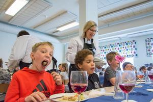 Kommundirektör Anneli Svensson tillhörde serveringspersonalen när Nils Jonasson och hans skolkompisar på Grevåkersskolan vann en trerrätters i kampen mot matsvinnet.
