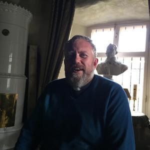 Patrik Göransson är kyrkoherde i den svenskspråkiga S:t Mikaels församling i Tallinn. Bysten på Gustaf II Adolf är en gåva från borgmästaren i Lützen.