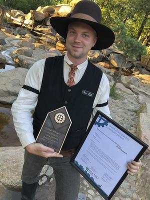 Mattias Tambour, parkchef och vice vd, med plaketten och diplomet som visar att High Chaparral har fått årets arkitekturpris från kommunen.Foto: Pressbild
