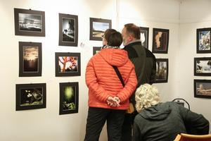 Det var väldigt trångt i Hasselgården. Många ville vara med och titta på foton, filmvisningarna och lyssna på föreläsningarna.