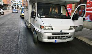 Husbilen på kopparbergsvägen efter att den berusade föraren stannat för rött och sedan plockats ut ur husbilen av en polis med hjälp av en ordningsvakt.