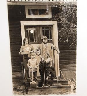 Torpet i Östervåla köpte makarna 1978. Här med Ing-Maries son Joel och Bosses dotter Sofi, några år senare föddes Viktor och Tove.