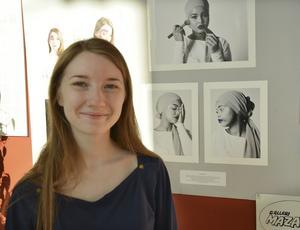 Kim Dudenhöfer valde att fotografera sin vän Farhiya i en svartvit porträttserie, men hon ville att någonting i bilden skulle vara i färg, så hon valde att behålla blåtoner i läppstiftet och ögonskuggan. Foto: Marie Näslund