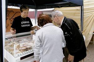 Wivi och Ingvar Berggren köpte messmör och färskost av Barbro Andersson. Det är Barbros son Martin Söderkvist som tillverkar Järvsö getosts produkter. Messmör går åt i Alfta, konstaterar hon.