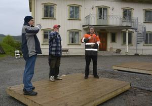 En skål i borgerskapsmiljö repeteras av Tord Lundgren, Ricky Lundgren och Joakim Höglund.