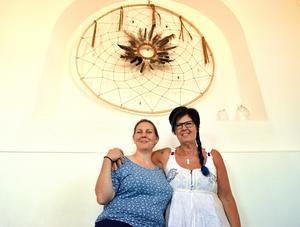 Nu har Helena Atkinson och Kondora Landby invigt de nya drömfångarna i yogastudion i Säter.