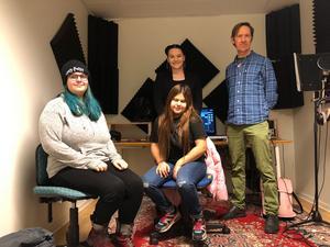 Musikskaparna Lovisa Warg och Doha Al Rubaye i förgrunden och ledarna Sofia Vivere och Jonas Lundström i bakgrunden.