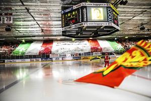 Efter avancemanget gjorde arenan om i en första tappning – såhär såg arenan ut innan renoveringen, under det första kvalet mot Leksand, våren 2017.