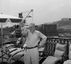 Den store amerikanske poeten Ezra Pound gör en fascisthälsning 1958. Hans fascistiska övertygelser låg honom i fatet när det kom till Nobelpriset i litteratur. Foto: AP