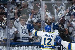 Fredrik Forsberg jublar med de tillresta Leksandsfansen efter sitt avgörande 3–2-mål mot Oskarshamn i lördags. Foto: Bildbyrån