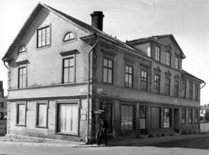 1975 tog kommunen beslutet att riva det sista huset i kvarteret Auktionisten, Prästgatan 18. Sedan var det fritt fram att börja bygga Storsjöteatern och det som i dag är Hotell Clarion.