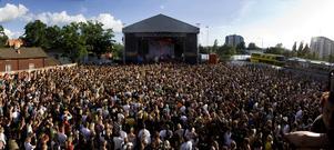 2009. Festivalen firar 10 år och fortsätter växa. Här publikhavet framför Håkan Hellströms uppträdande.
