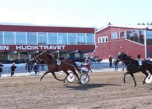 Martin P Djuse spurtar till seger med Il Nostro.