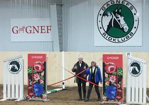 Kommunalrådet Irene Homman (S) och klubbens ordförande Anders Henningson invigde det nya ridhuset.