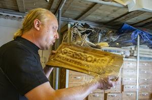 Delikatesshandlaren Robert Persson i Valskog är idékläckaren till gästabudet Svineriet. Alla skyltar, biljetter och inredning har gjorts på Björkmans tivoli. Foto: Lennye Osbeck