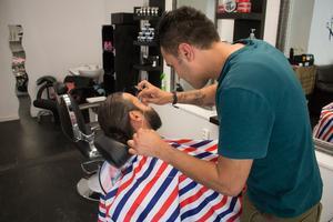 Med sin trådteknik kan Nawras finlira och rycka hår. Han säger själv att det är väldigt populärt för att få styr på ögonbrynen.