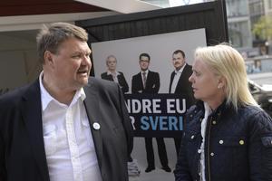 SD:s EU-kandidater Peter Lundgren och Kristina Winberg delar ut valmaterial på Sergels Torg i Stockholm.Foto: Jonas Ekströmer / TT Men det var till valet 2014. Nu är brytningen total.