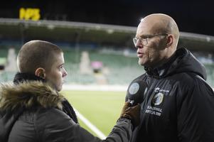 ST:s Sara Carlzén i samspråk med Gif Sundsvalls tränare Joel Cedergren. En syn som blir ännu vanligare den här säsongen.