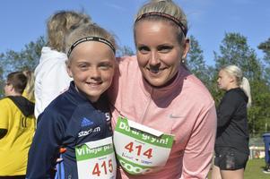 Emy Melarti och mamma Anna sprang tillsammans. De avverkade Vårrusets fem kilometer på 32 minuter och åtta sekunder.