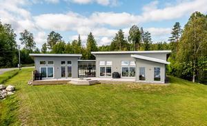 Fastigheten har stora glaspartier och byggdes 2014. Foto: Pär Olert.