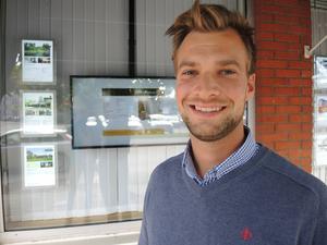 Mikael Olson är mäklare på Fastighetsbyrån i Mora.   –Priserna har stigit stadigt både på bostadsrätter och hus i Mora och särskilt när det gäller bostadsrätter beror det på att det är så få objekt till salu jämfört med efterfrågan, säger han.