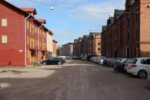Här borde Gävles krogdistrikt ligga med rader av uteserveringar, inte rader av parkerade firmabilar, tycker Arbetarbladets krönikör Simon Ridell.