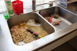 I vasken lämnade ungdomarna matrester, glowsticks och blodiga papper.