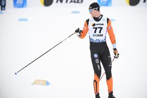 Oskar Svensson under herrarnas 15 km klassisk stil i Gällivare i lördags. Direkt efter loppet kände han inte av att något hade hänt i samband med det fall och stavbrott som förstörde hans chanser att slåss om topplaceringarna. Foto: Fredrik Sandberg/TT