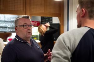 Manusförfattaren Lennart Hämäläinen spelar också huvudrollen i nyskrivna farsen Conny Lagers lager.