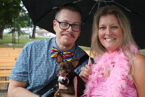 Även hunden Saga kommer att hänga med Per-Ola Eklund och Helene Wärve under Prideparaden på lördag.