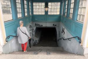 I sommar gör Trafikverket omfattande markarbeten på bangårdsområdet i centrala Lindesberg. Då skulle det passa bra att även ta itu med gångtunneln anser en lindesbergare som lämnat ett medborgarförslag till kommunen.