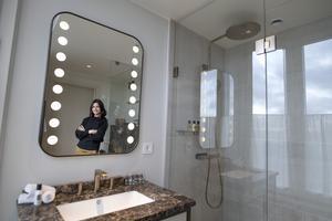 Noemi Ivanova berättar att trenderna när det gäller badrum ofta löper parallellt. Just nu är bland annat terrazzo, där man tar tillvara spill av krossad sten, populärt. Foto: Jessica Gow / TT