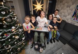 Linda och Fredrik Thieles barn. Melina 18 år, är född med en förlossningsskada. Texas, 9 år, som har Down syndrom i mamma Lindas knä. Douglas, 14 år, Molly 7 år, och Theodor, 9 år.