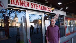 Münir Rhawi på Ranch steakhouse hoppas att en uteservering på Stora torget kan bli ett lyft för hela Södertälje centrum.