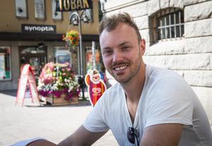 Johan Linder, 32 år från Härnösand. Jobbar som brandman.