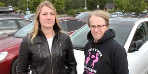 Ida Stensdotter och Monica Mandt Pettersson kräver ersättning för skadorna på bilarna efter att kommunens entreprenör hade sopat bort grus med lövblåsare på parkeringen vid Vallby friluftsmuseum. Totalt drabbades ett tiotal bilar av stenskott.
