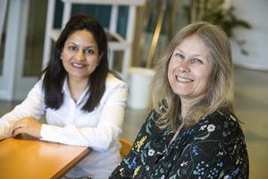 Jyotsna Nandas tillsammans med Samarkands Åsa Andersson som själv varit medflyttare när hennes man fått ABB-jobb i andra länder och känner igen sig i kvinnorna som kommer till  Samarkand.