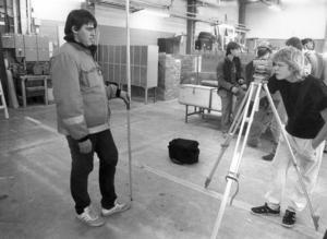 Hans Persson och Johan Hellman visade hur man sköter mätinstrumentet när  PC och Hjalmar Strömerskolan tävlade i byggkunskap 1987.