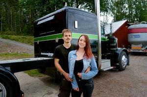 Jennie hamnade i Säter tack vare pojkvännen Rasmus Wikström som hon delar motor- och driftingintresset med. I bakgrunden syns Rasmus amerikanska lastbil som används av team Bonnvischan.