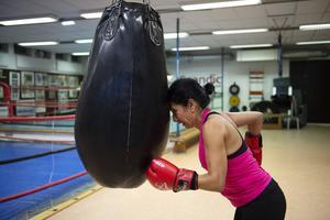 Maria Lilja i boxningslokalen på sporthallen i Sundsvall. Att träna boxning har visat sig vara mycket bra för de som drabbats av Parkinson. Något som upptäcktes i USA av en boxare med sjukdomen som fortsatte att träna och därifrån har det spridit sig över världen.