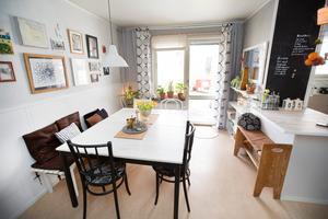 Öppet kök och dubbla köksbord. Hemmet är viktigt för Ingela.